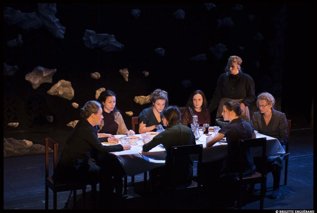 Les femmes de la maison Alba réunit un soir d'été. Federico Garcia Lorca. Mise en scène Lilo Baur.  Comédie-Française © Brigitte Enguerand