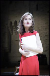 Isabelle Huppert lit Sadedans la cour du Palais des Papes © Christophe Raynaud de Lage