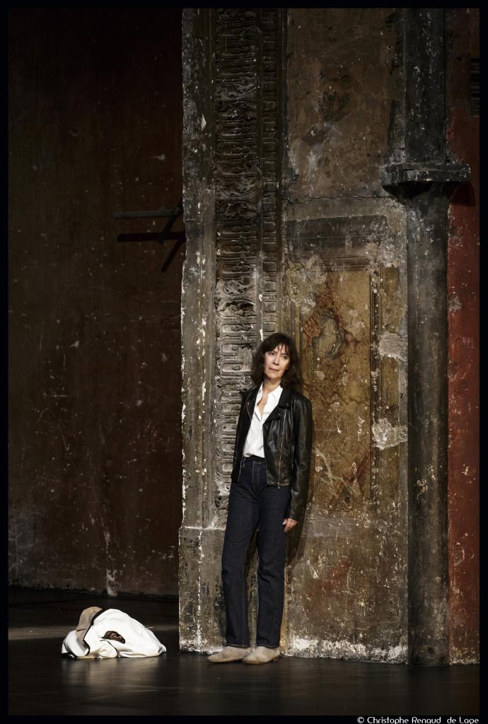 Anne Alvaro Dans la solitude des Champs de coton de Koltès, mise en scène de Roland Auzet. Bouffes du Nord © Christophe Renaud de Lage