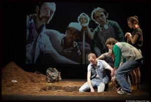 Fussilade_plage_allemagne_theatre-ouvert_simon-diard_marc-laine_©Christophe-raynaud-de-lage_0249_@loeildoliv