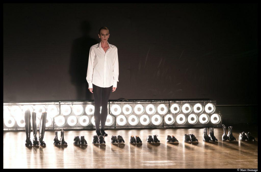 Défilé pour 27 chaussures de Mathilde Monnier et Olivier Saillard. Montpellier Danse 40 bis. La halle Tropisme. © Marc Domage