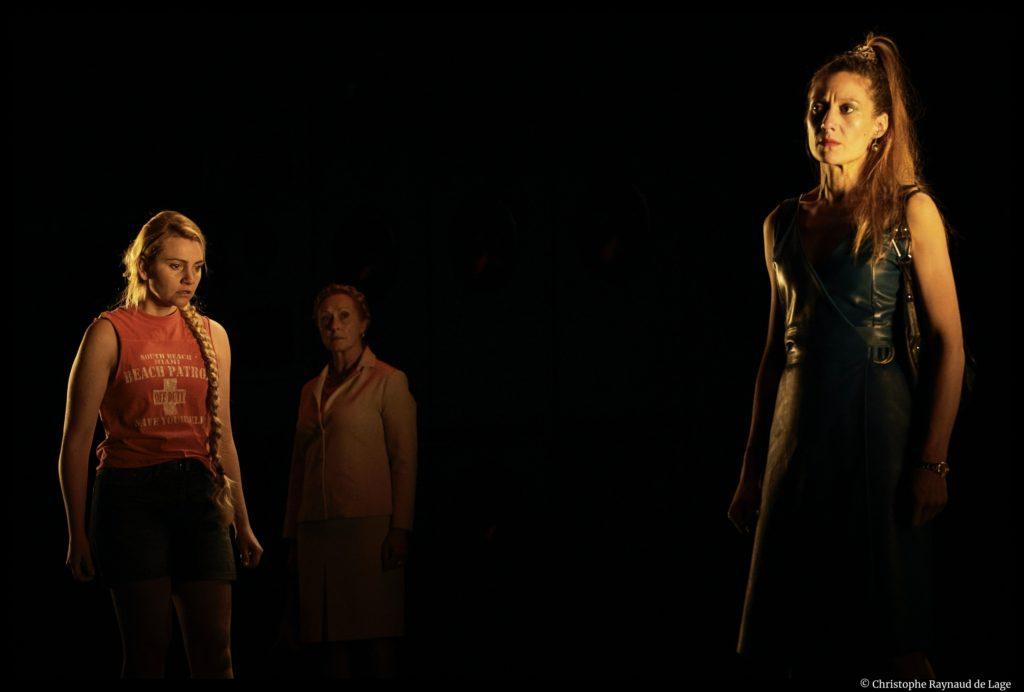 Les Serpents de Marie Ndiaye. mise en scène de Jacques Vincey. avec Hélène Alexandridis, Bénédicte Cerutti, Tiphaine Raffier. Théâtre Olympia. © Christophe Raynaud de Lage
