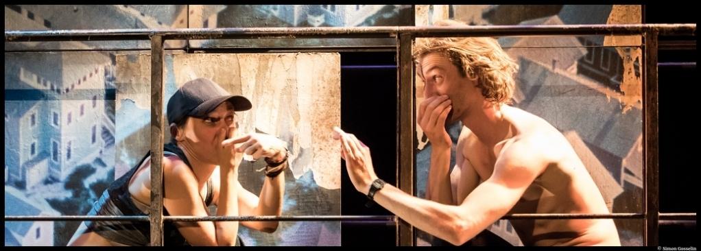 La Loi de la gravité d'Olivier Sylvestre. Mise en scène de Cécile Backès. Comédie de Béthune. Marion Verstraeten, Ulysse Bosshard. © Simon Gosselin.