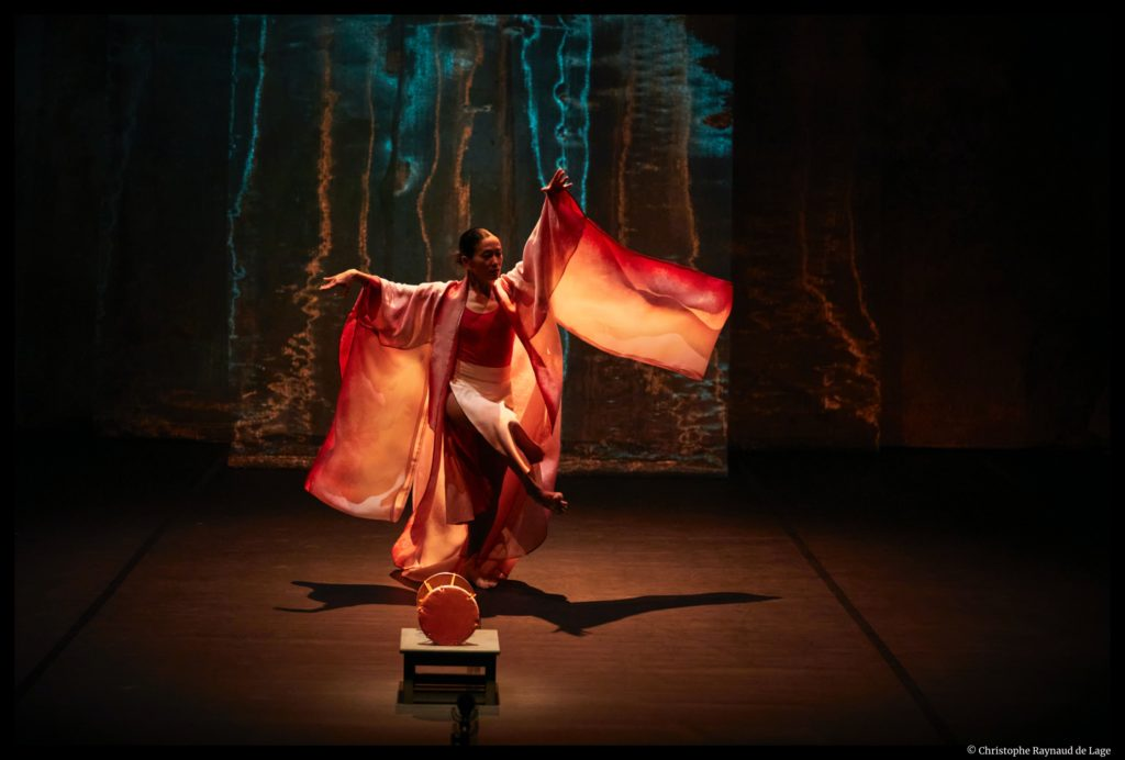 Le tambour de soie de  Kaori Ito et Yoshi Oïda. Semaine d'art en Avignon _ Festival d'Avignon. © Christophe Raynaud de Lage