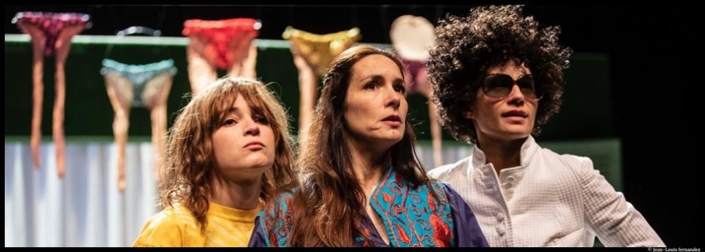 Les Femmes de la maison de Pauline Sales. Théâtre Paul-Scarron, Le Mans. Olivia Chatain, Anne Cressent et Hélène Vivès. © Jean-Louis Fernandez