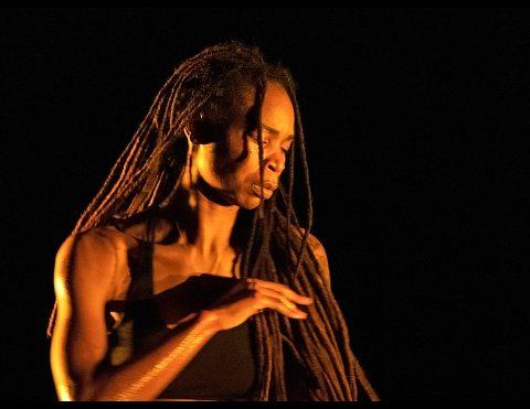 In between d'Ingrid Estarque Suresnes Cité Danse 2021 au Théâtre Jean Vilar de Suresnes. © Dan Aucante
