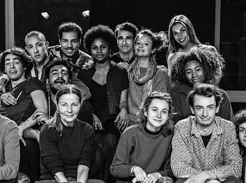 Dominique Reymond entourée des élèves comédiens du Groupe 47 de l'École du TNS © Jean-Louis Fernandez