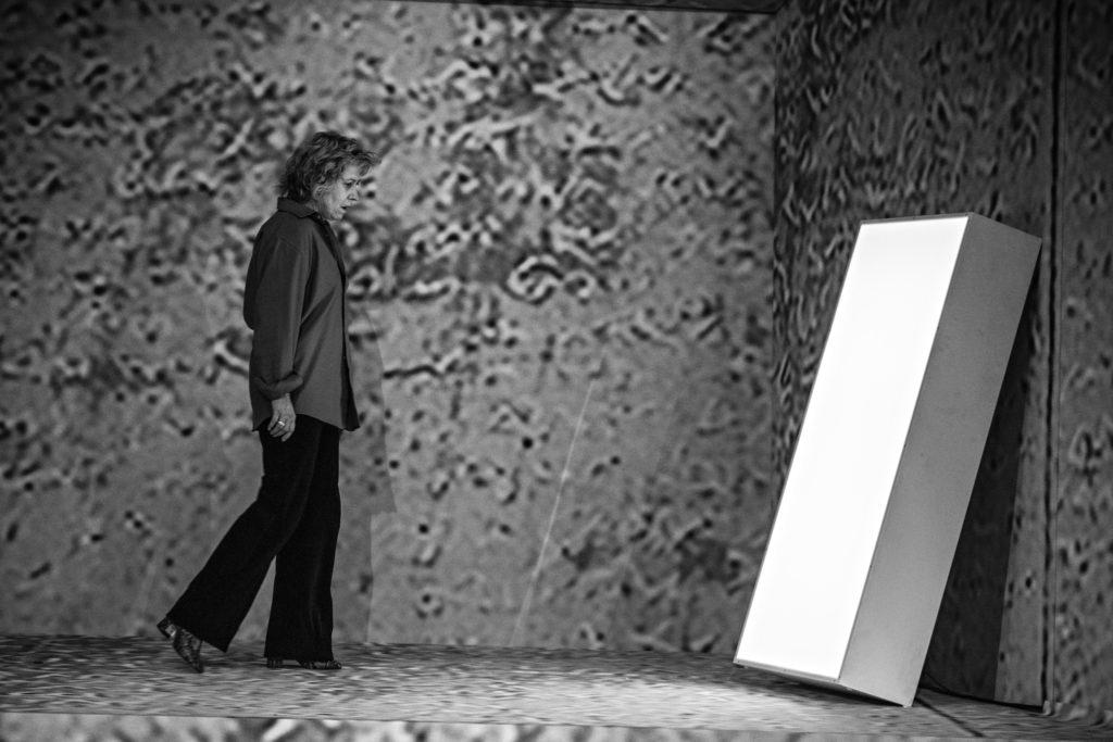 Cécile Brune répétant Au Bord de Claudine Galéa sous la direction de Stanislas Nordey. TNS © Jean Louis Fernandez