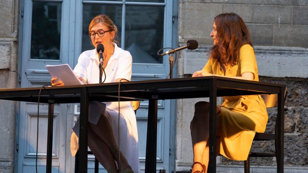 Je ne serais pas arrivée là, si…d'après la rubrique  d'Annick Cojean,  journaliste au Monde. Julie Gayet et Judith Henry. © Gestuelle
