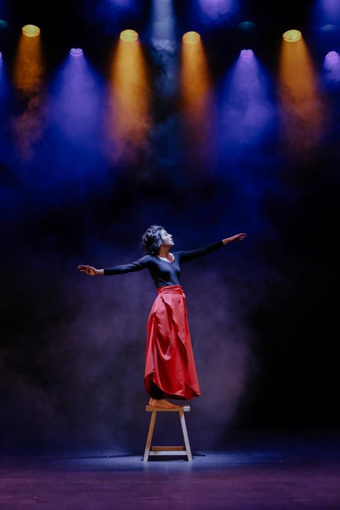Eva Rami seule en scène © Gaëlle Simon