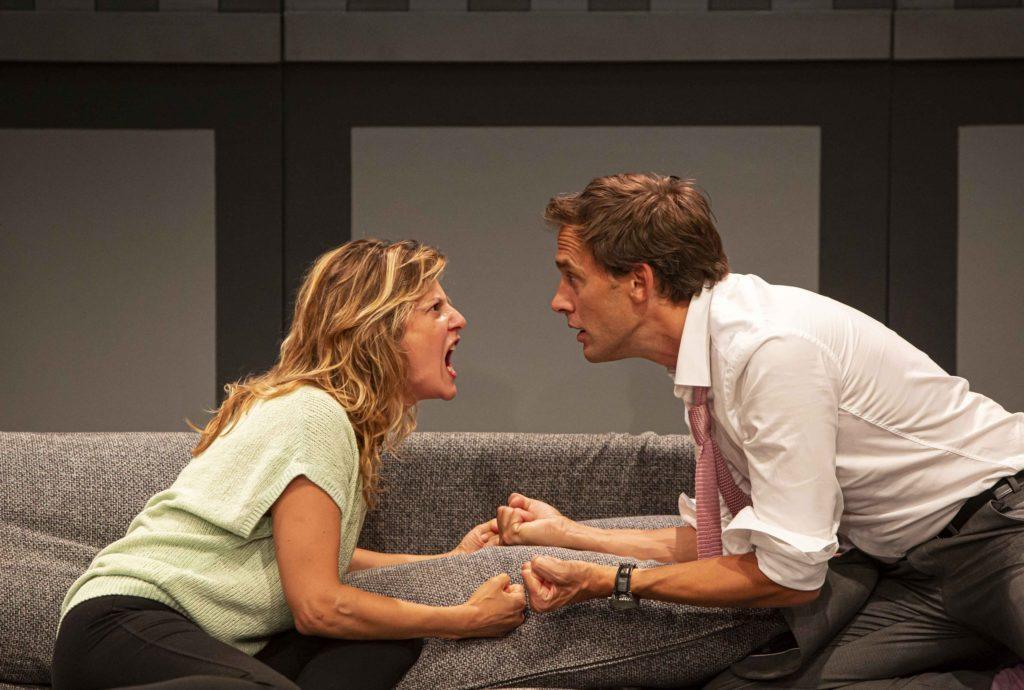 Face à face amoureux entre Elodie Navarre et Emmanuel Noblet dans Les Beaux de Léonore Confino © Emilie Brouchon