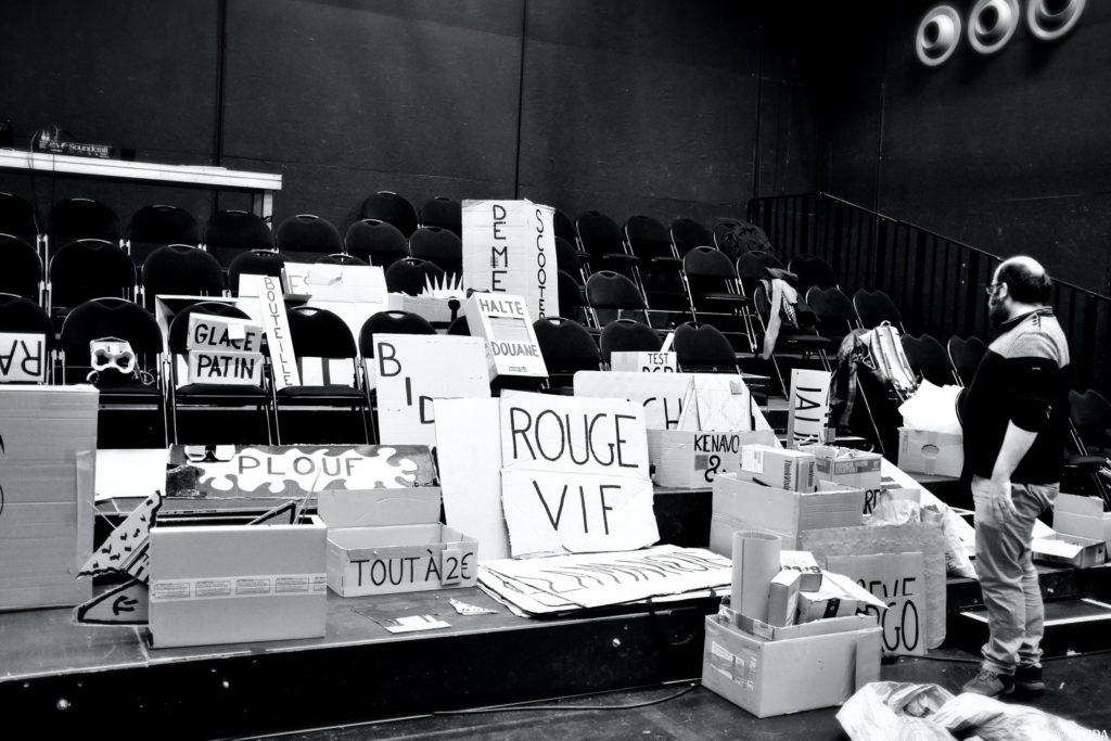 Olivier Martin-Salvan devant les cartons du spectacle © OFGDA