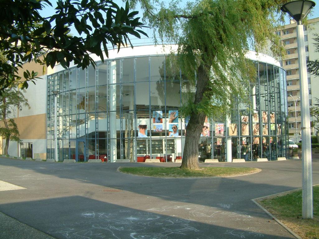 Hall d'entrée de Points Communs, Scène nationale dirigée par Fériel Bakouri © Points Communs