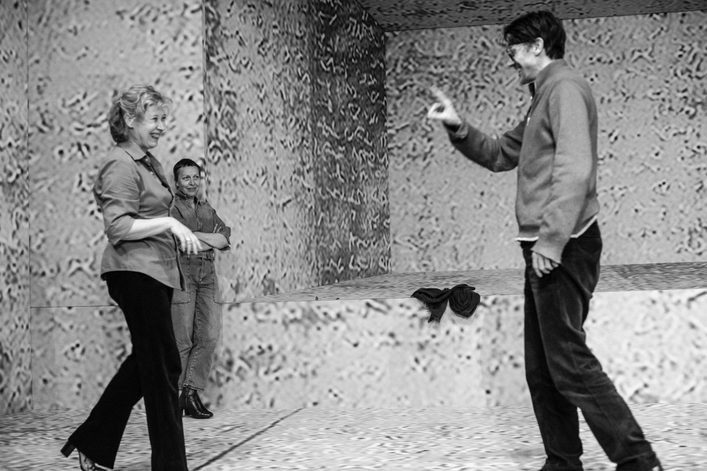 Stanislas Nordey, Cécile Brune et Claire Ingrid Cottanceau. Répétions d'Au bord de Claudine Galea. TNS © Jean Louis Fernandez