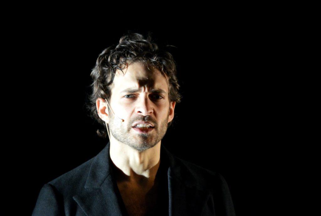 Zachary Fall dans Dans la Foule de Laurent Mauvignier. Mise en scène Julien Bouffier © OFGDA