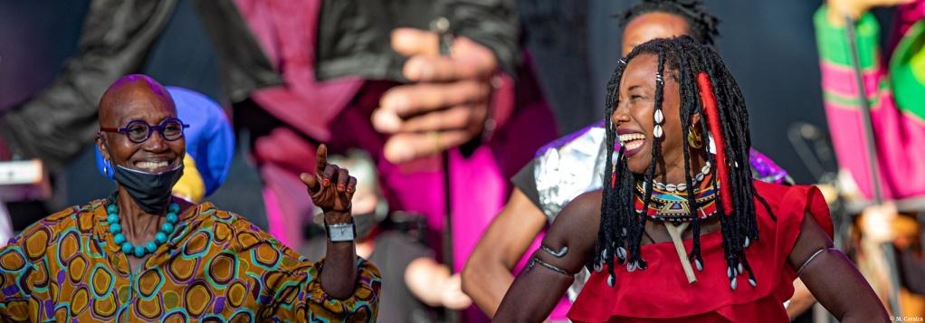Germaine Acogny et Fatoumata Diawara. Le défilé. La biennale de la danse © M. Cavalca