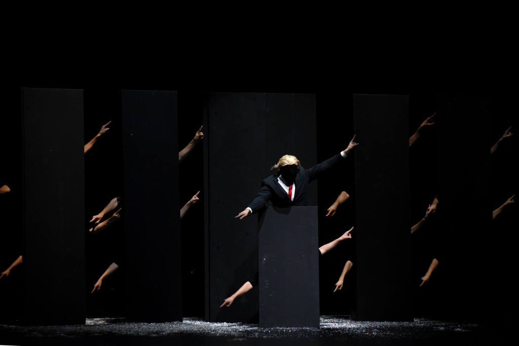 Walls de Martin Harriague. Le temps d'aimer. Malandain Ballet Biarritz. Dantzaz ©Caroline d'Otero