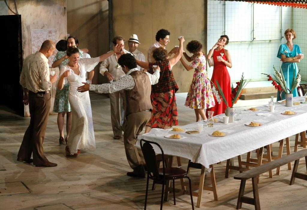 Huit heures ne font pas un jour de Rainer Werner Fassbinder. Mise en scène de Julie Deliquet. © Pascal Victor